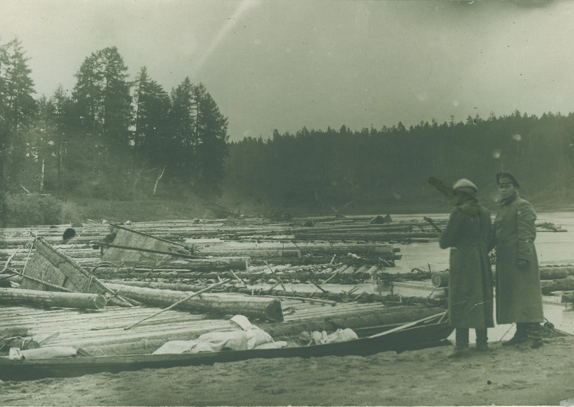Научная экспедиция. У реки (справа И.И. Томский)