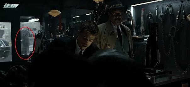 «Семь» Когда Сомерсет и Миллз приходят в магазин кожи за информацией о Джоне Доу, продавец говорит им, что тот хромает. В этот момент снаружи заведения проходит хромающий человек, который