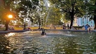 Сад Зимнего дворца в Санкт-Петербурге летом 2021 года на закате