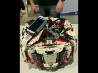 Робот играет в кубик