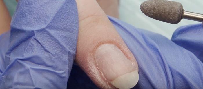 полировщиком проходим по прилегающей к ногтю коже. Скорость вращения фрезы должна составлять не более 7 тыс. об/мин. Работаем только кончиком полировщика, делая лёгкие отталкивающие движения и перемещаясь по зоне роста кутикулы