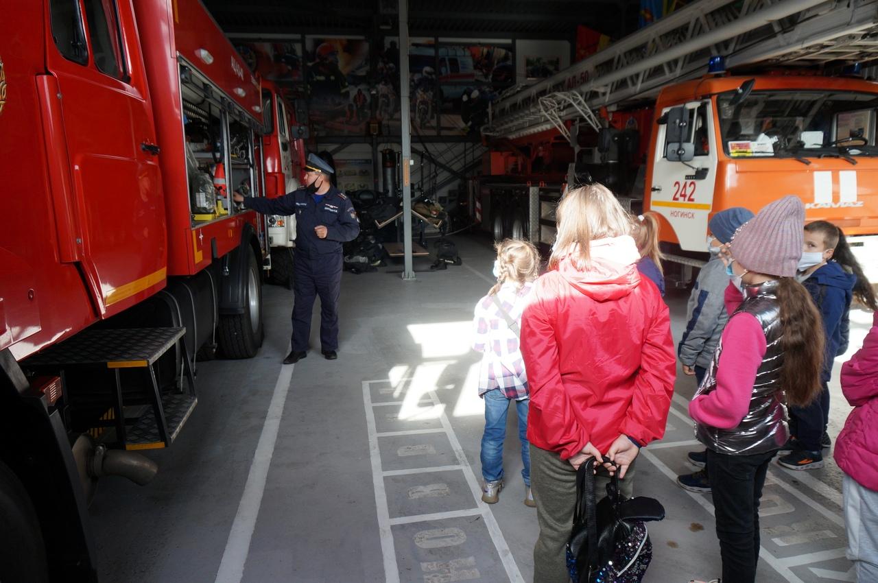 Вчера спасатели пожарно-спасательного поста 242-й пожарной части и работники поисково-спасательного отряда № 8 #Мособлпожспас провели экскурсию для учеников школы №17 городского округа #Ногинск🎊😎   Ребята смогли познакомиться с оснащением пожарных и авари