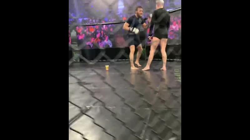 Конор Макгрегор помогает Бек Роулингс помогает к дебюту в Bellator