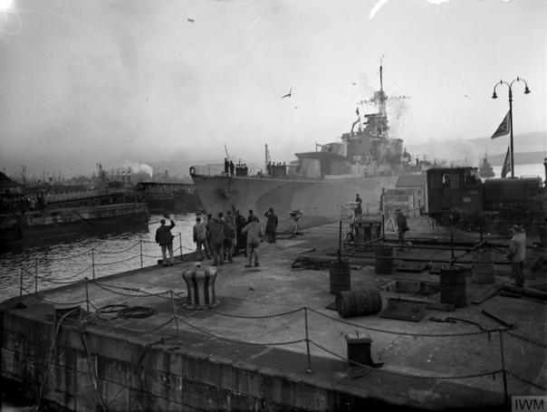Норвежский эсминец Stord, действовавший в составе британских ВМС, в порту Росайт; 4-е января 1944-го года