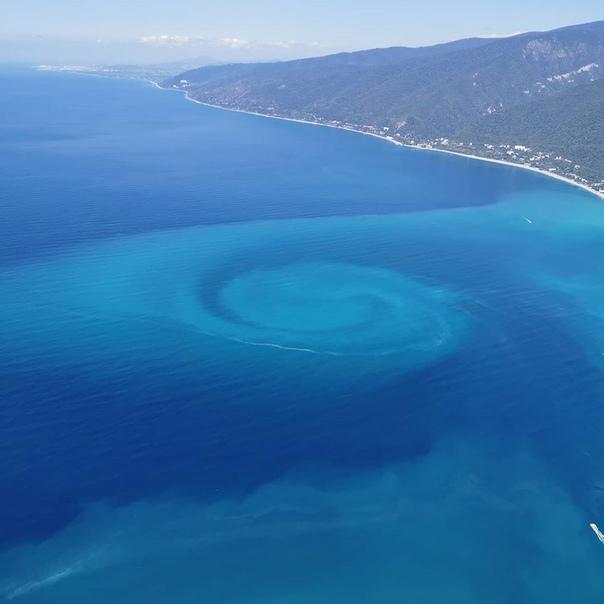 У берегов Черного моря образовалась странная спираль