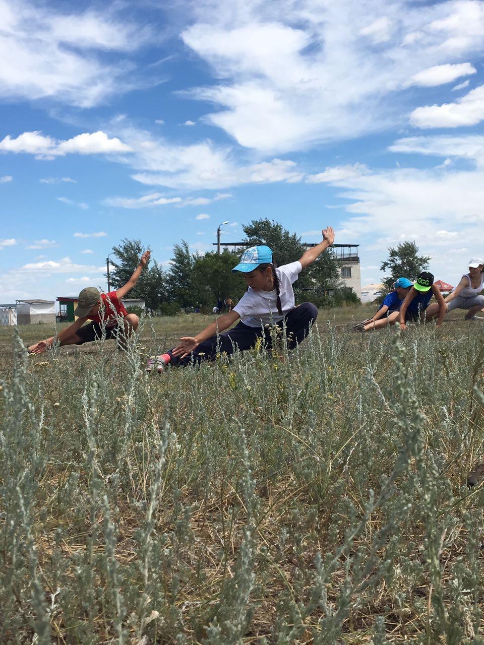 Тренировка группы Ушуу-таолу на открытом воздухе