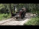 Трактор едет по песку с прицепом