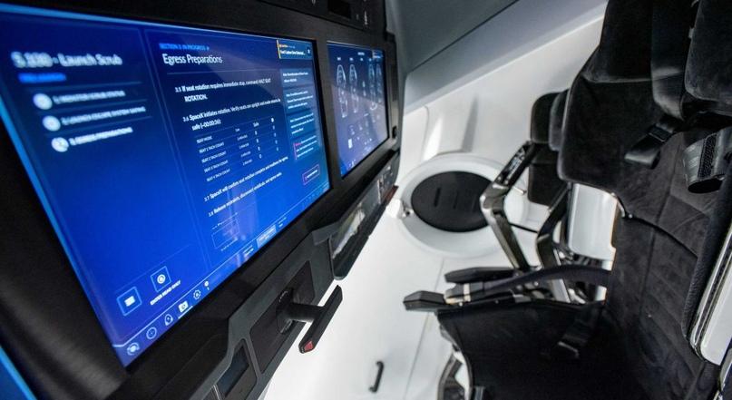 Спустя шесть месяцев SpaceX опубликовала первое фото модуля дисплея и управления, установленного на реальном космическом корабле Crew Dragon. (SpaceX)