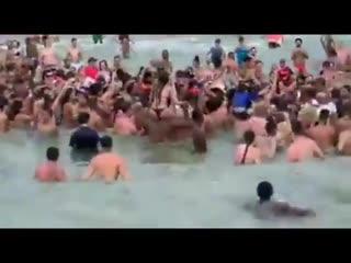 Президент Бразилии спрыгнул в воду ради встречи с жителями NR