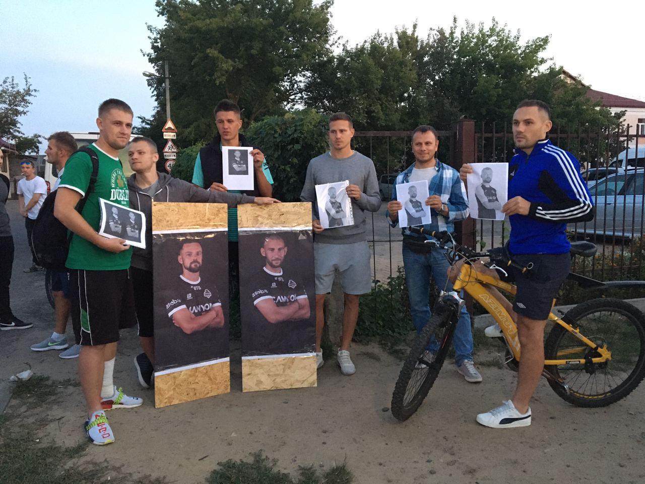 """На акцию в поддержку футболистов """"Крумкачоў"""" в Бресте пришли более 100 человек"""