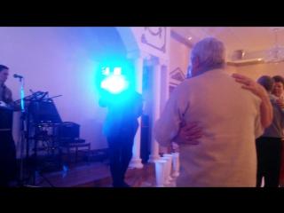 Вася поёт в ресторане для бабушки с дедушкой на юбилее