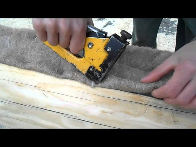 Укладка джута в пазы. Утепление деревянного сруба из бревна. Компания Загородный дом.6