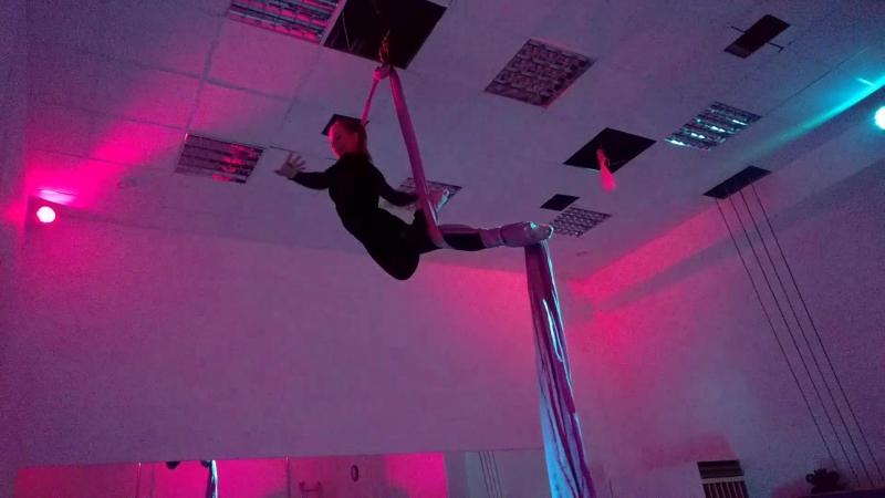 Ученица школы Синди Ольга Савельева на воздушных полотнах и воздушном кольце
