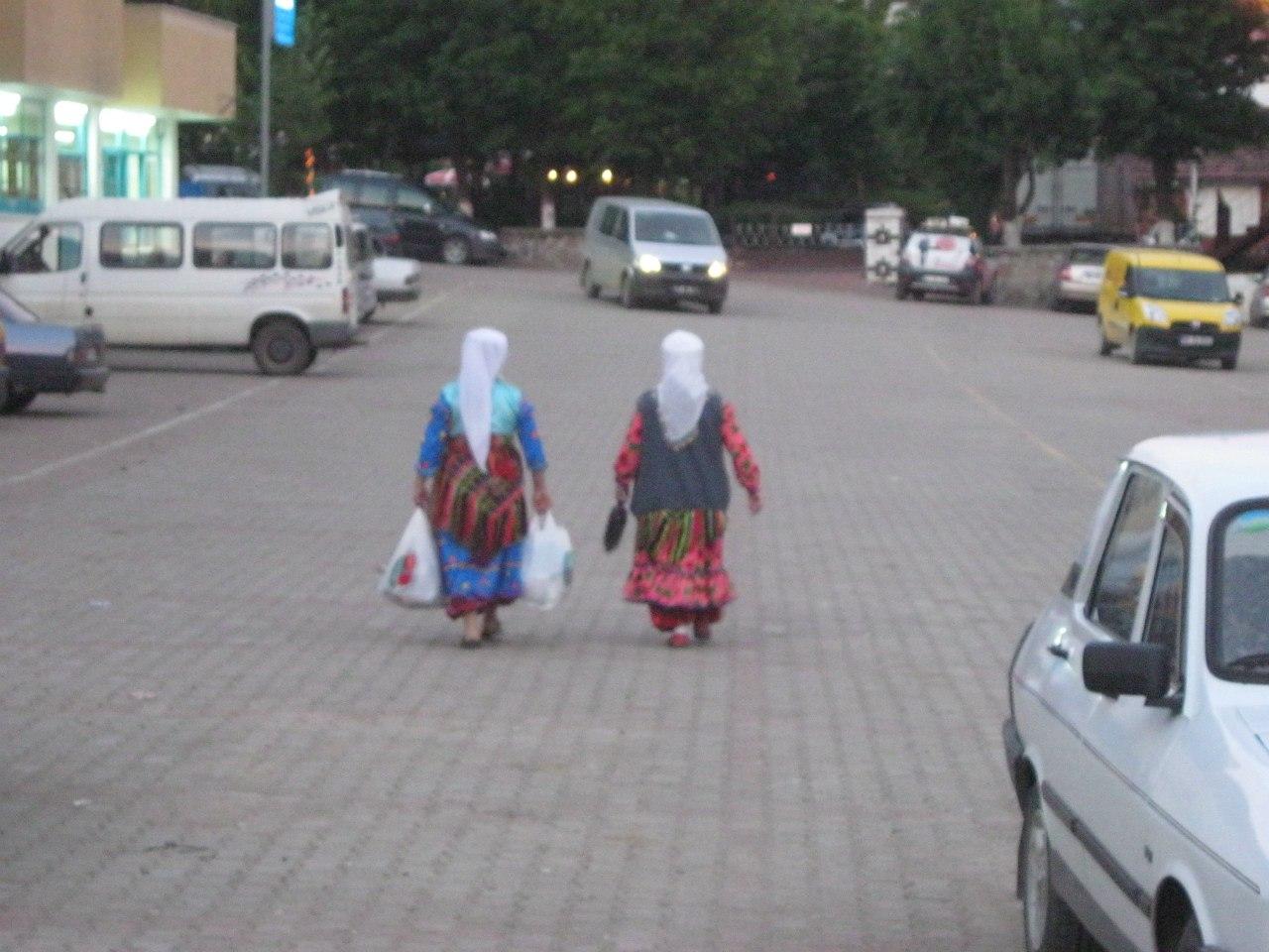 турецкие женщины в традиционных нарядах в Кастамону