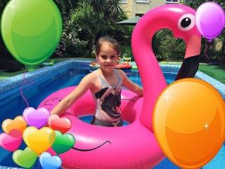 Челлендж в бассейне ! Лопаем гигантские шары  с сюрпризами Бабушка на пончике😆