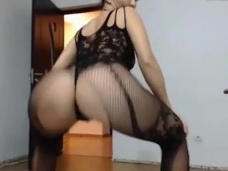 Сексуальная зрелая мамка в чулках в сетку