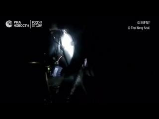 Спасатели в Таиланде готовятся вывести из пещеры найденных школьников