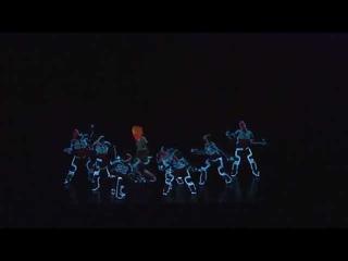 Классный танец с использованием холодного неона
