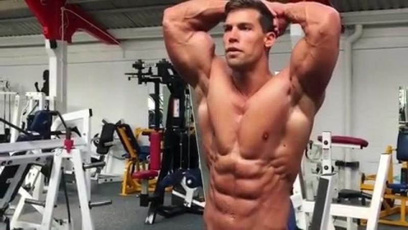 Natural bodybuilder Csaba Szigeti posing abs 2017