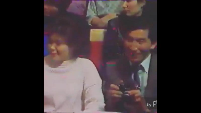 Мына видеоны ата-аналарыңызға көрсетіңіздер. 1986 жыл. Керемет дауыс.
