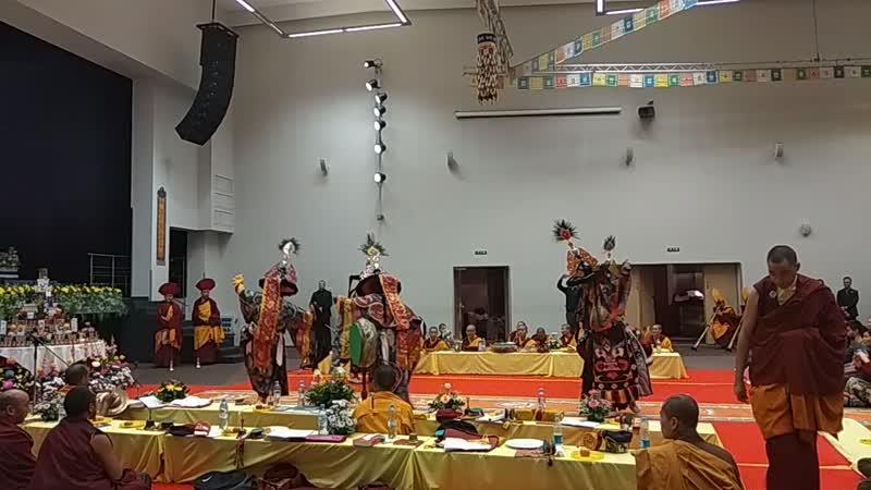 Танец Махакалы учения Его Святейшества Гьялванга Друкпа Ринпоче главы школы Друкпа Кагью
