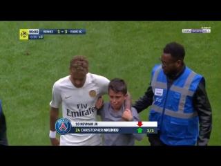🇫🇷 Очередной мальчуган прорвался на поле во время матча «ПСЖ» и вымочил в слезах футболку Неймара
