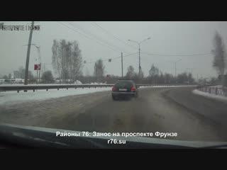 Иномарку занесло на проспекте Фрунзе в Ярославле