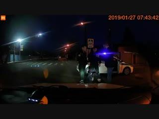 Редкое видео: дпсники на пару с наркоманом, который бросается под колеса и делает вид, что его сбила машина отрабатывают драмати