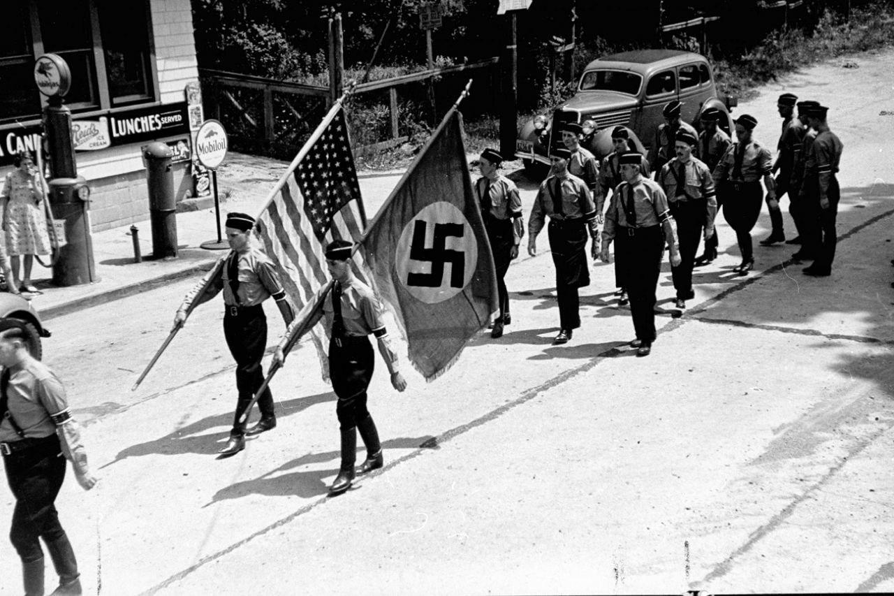 Марш американской нацисткой партии в поддержку Гитлера, Яфанк, США, 1937 год.