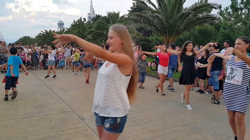 Batum sahilde Gürcü gençlerden süper eğlenceli oyun - Batumi