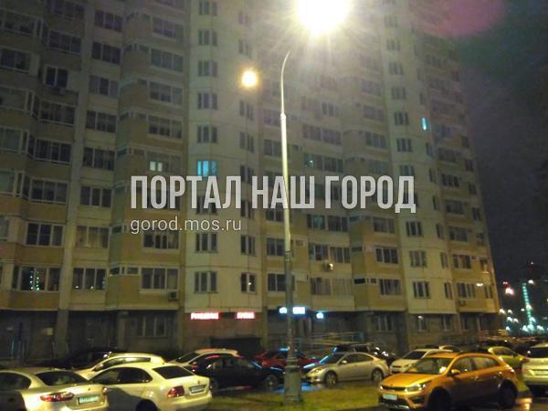 Коммунальщики заменили лампы в фонарях на улице Ухтомского Ополчения