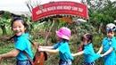 Gia Linh cùng các bạn trường mầm non MIPEC thăm cây bắt vịt trong vườn sinh thái