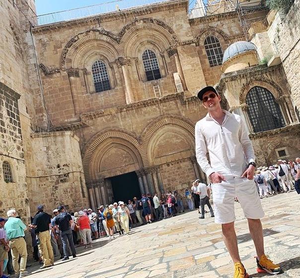 Александр Соколовский: Иерусали́мский храм Воскресе́ния Христо́ва, более известный как храм Гроба. Господня. Считается, что он стоит на том месте, где, согласно Священному Писанию, был распят, погребён, а затем воскрес Иисус Христос. Именно в этом храме сходит Благодатный огонь. По сообщению Евсевия, при строительстве на месте разрушенного Иерусалима при императоре Адриане (135 год) нового римского города Элия Капитолина, на месте пещеры Гроба был построен языческий храм Венеры.  Храмовый комплекс существовал без изменений до захвата в 614 году Иерусалима персидским царем Хосровом II. В 1009 году халиф Аль-Хаким би-Амруллах, подогреваемый слухами и наветами против христиан, в нарушение неоднократно подтверждавшегося договора, заключенного ещё патриархом Софронием и халифом Умаром, санкционировал массовые убийства христианского населения Иерусалима и разрушение христианских храмов в городе и окрестностях. В результате этого разрушения была безвозвратно утрачена базилика. Император Константин VIII выторговал у сына Эль-Хакима право на восстановление храма (в обмен на такие уступки, как открытие мечети в Константинополе). Строительные работы продолжались ещё в царствование Константина Мономаха до 1048 года, но по своему масштабу и великолепию этой постройке было далеко до своей античной предшественницы. Было сооружено несколько отдельно стоящих сооружений, напоминающих часовни. Роль главной церкви была отведена ротонде Воскресения, сохранившейся лучше других, в восточном проёме которой была устроена небольшая апсида. Когда новость о разрушении Храма Гроба Господня достигла Европы, она послужила одним из поводов для агитации в Европе к началу Крестовых походов. #храмгробагосподня #иерусалим #израиль #travel