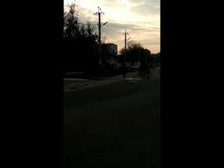 Сотрудник милиции, который едва не сбил пешехода на переходе в Суклее, угрожает последнему тем, что