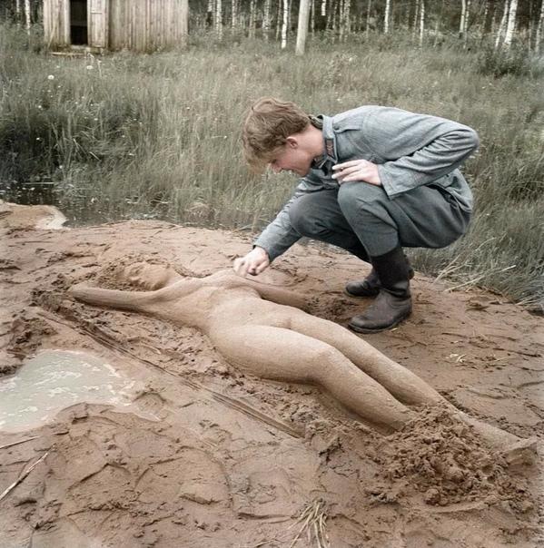 Финский солдат лепит женскую фигуру, 1943.