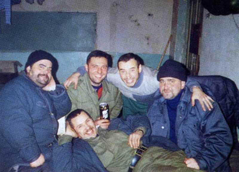 Олег Варлаков (в центре) за несколько дней до гибели. Грозный, март 1996.