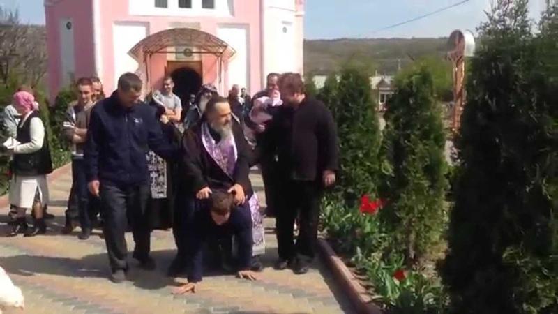 Священник изгоняет бесов катаясь верхом на мужчине