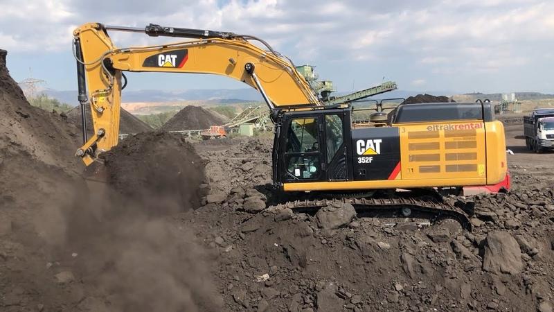 Caterpillar 352F Excavator Loading Trucks With Coal смотреть онлайн без регистрации