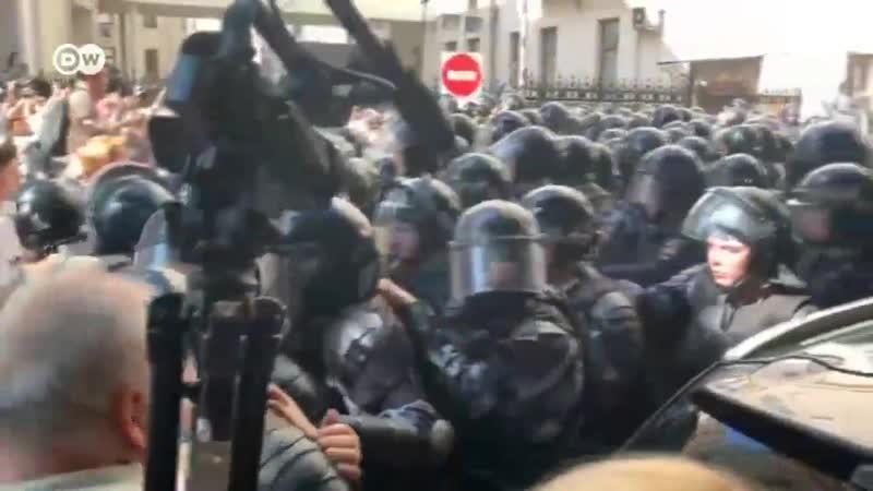 Вот так силовики оттесняют протестующих. Все ОЧЕНЬ жестко, людей бьют и толкают, они кричат