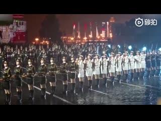 Девушки-военнослужащие из почетного караула КНР сорвали овации зрителей и участников мероприятия