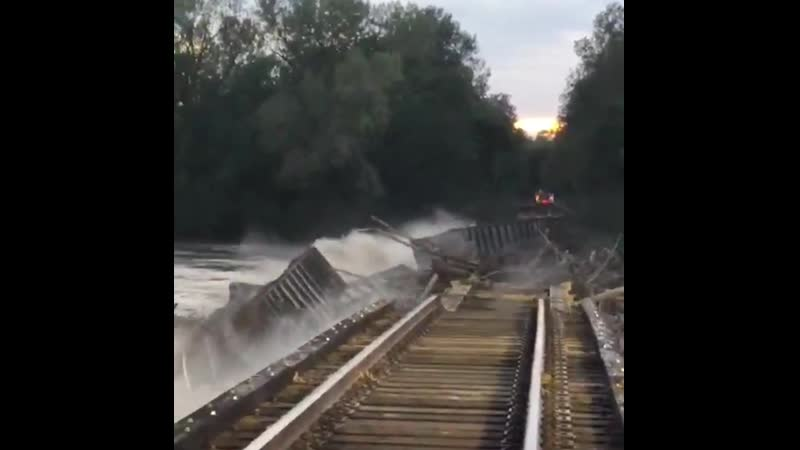 В штате Миссури паводковыми водами снесло железнодорожный мост через реку Гранд (США, 2 октября 2019).