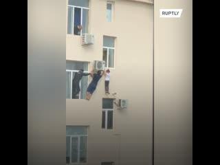 Я его достал, прежде чем он меня заметил, – житель Грозного спас мальчика с высоты 10 метров