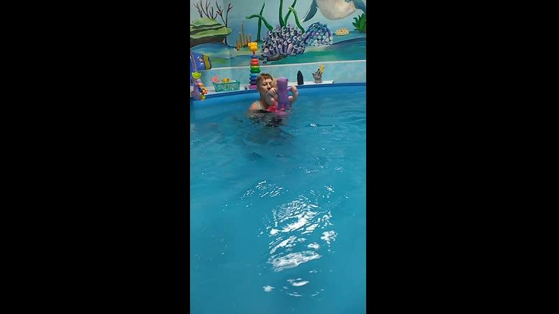 Учим куклу плавать