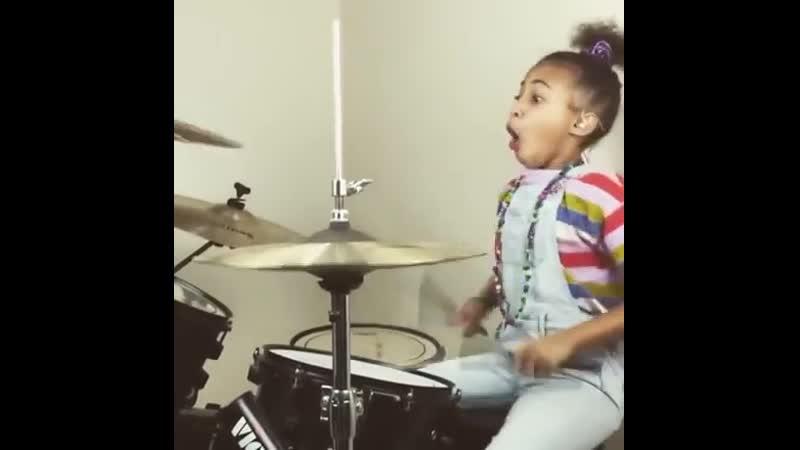 9 year old drummer Nandi Bushell rocks QOTSA Перевод 9 летний барабанщик Нанди Бушелл пород QOTSA