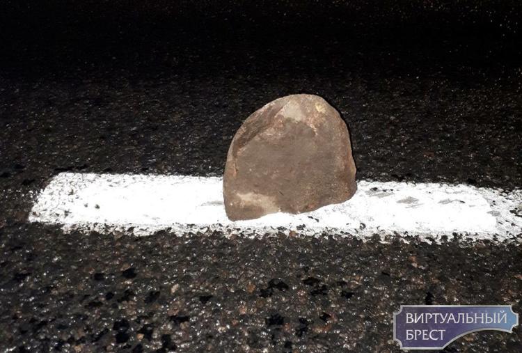 Камни на дороге у агрогородка Б.Мотыкалы продолжают загадочным образом появляться