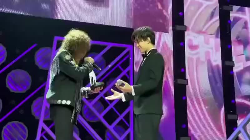 Димаш Кудайберген награждение победителя в номинации Лучший певец года премии Песня года 2019