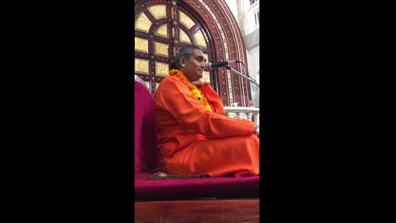 Парамахамса Вишвананда дает лекцию в храме ИСККОН Маврикии