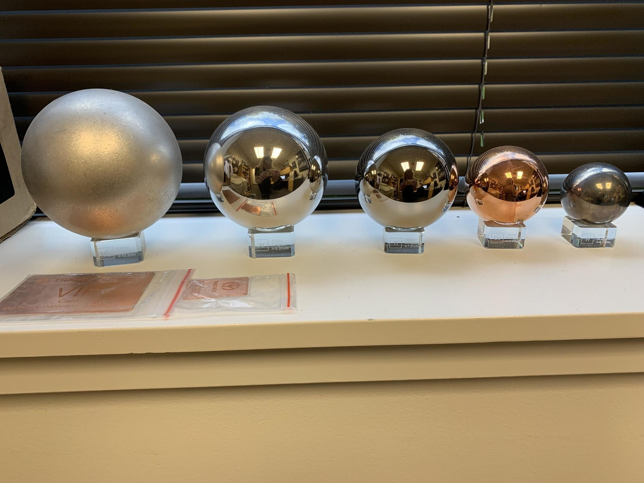 Каждый шар весит 1 кг. Слева направо: магний, алюминий, титан, медь и вольфрам
