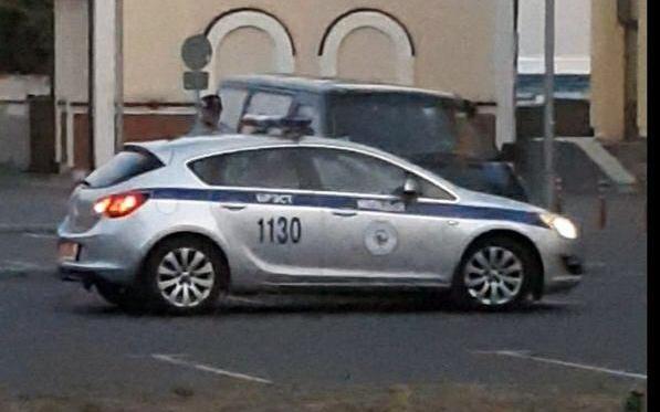Зачем сотрудник милиции спускает колесо у автомобиля? Вопрос без ответа