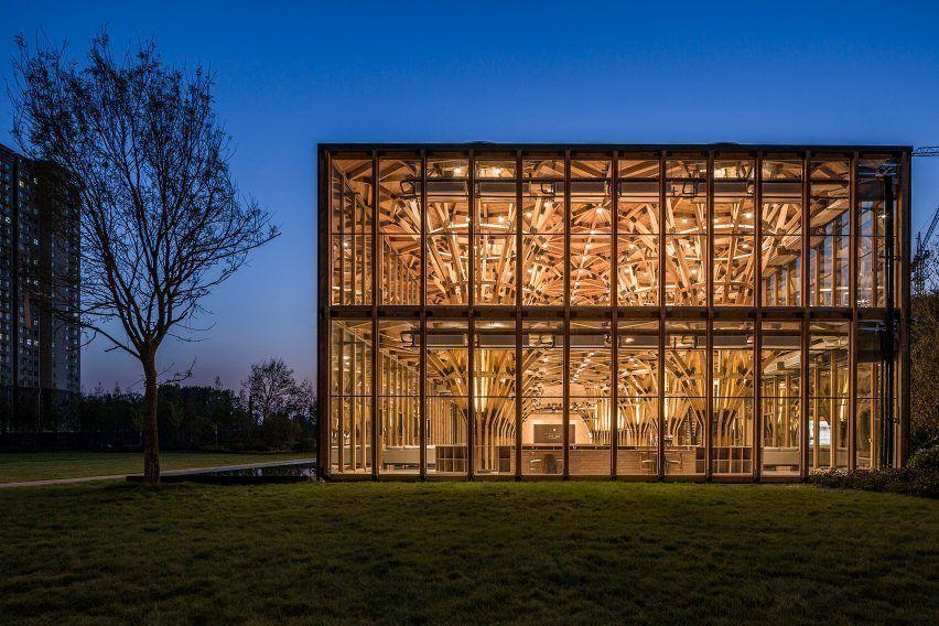 Центр продаж недвижимости в китайской провинции Хэнань имеет деревянные конструкции, разработана  LUO Studio для легкой адаптации или демонтажа.